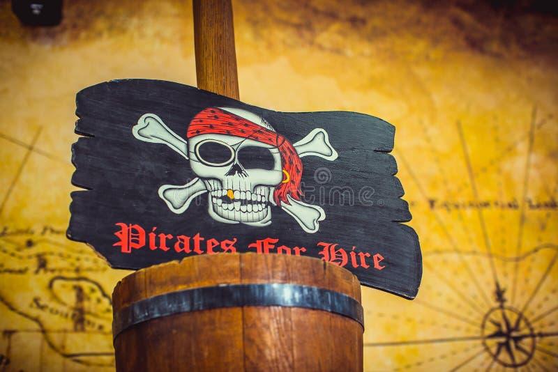 Bandeira de pirata com crânio e ossos fotografia de stock
