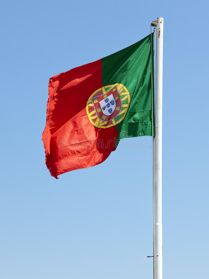 Bandeira de Portugal em um polo fotos de stock royalty free