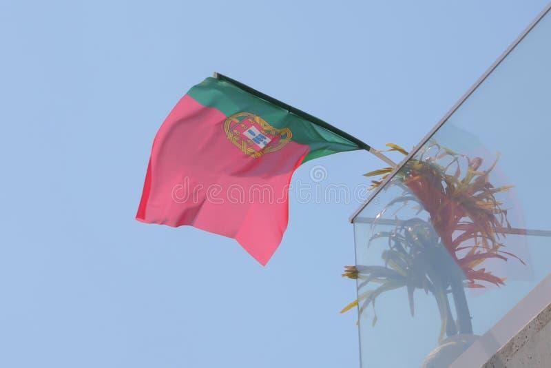 Bandeira de Portugal fixada no balcão da casa e na vibração no vento imagem de stock royalty free