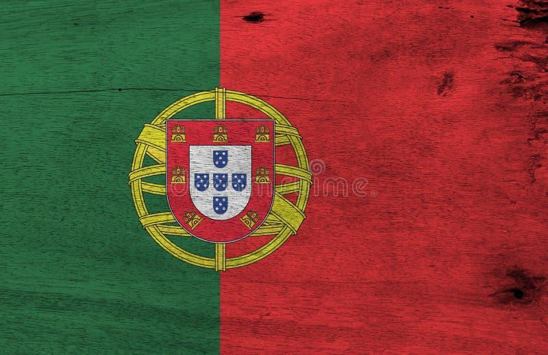 Bandeira de Portugal no fundo de madeira da placa Textura portuguesa da bandeira do Grunge imagens de stock royalty free