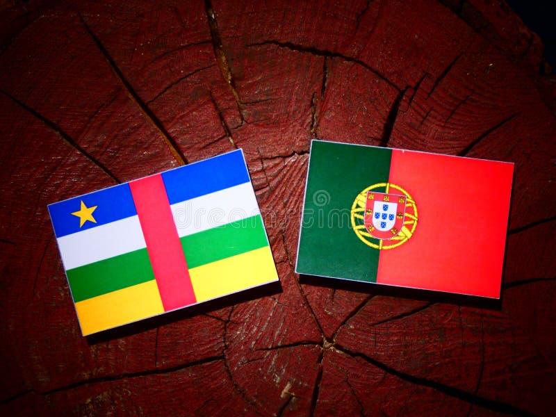 Bandeira de República Centro-Africana com bandeira portuguesa em um stu da árvore fotos de stock royalty free