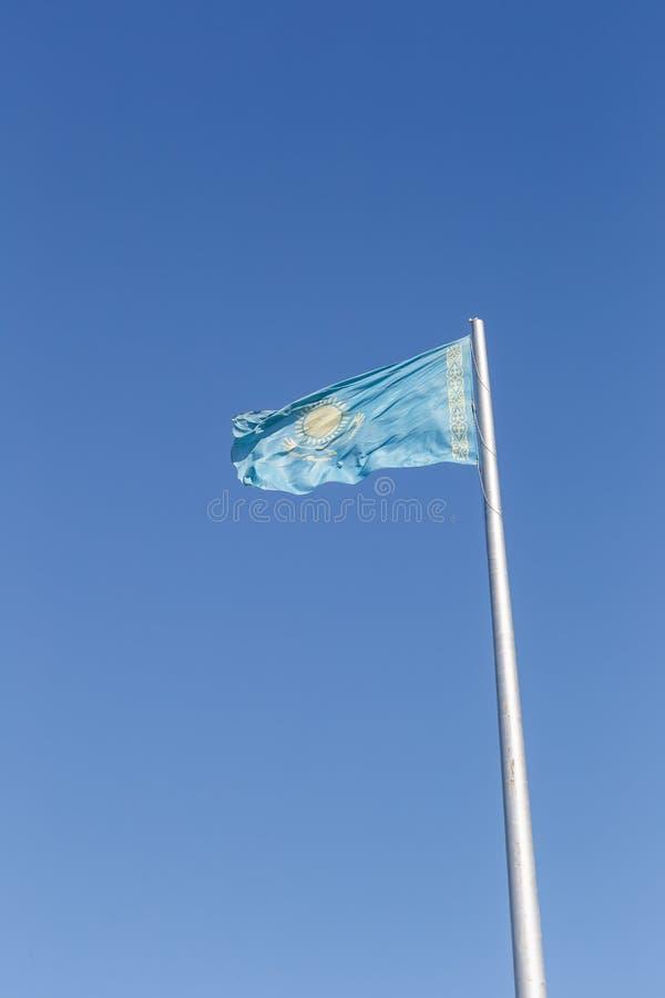 Bandeira de Republic of Kazakhstan no mastro de bandeira Karaganda, Kazakhst fotografia de stock royalty free