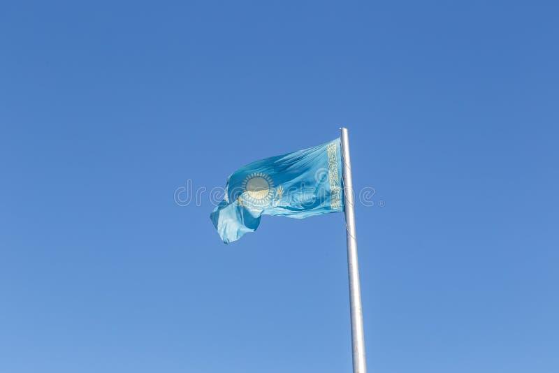 Bandeira de Republic of Kazakhstan no mastro de bandeira Karaganda, Kazakhst foto de stock royalty free