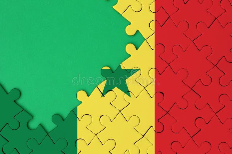 A bandeira de Senegal é descrita em um enigma de serra de vaivém terminado com espaço verde livre da cópia no lado esquerdo ilustração stock