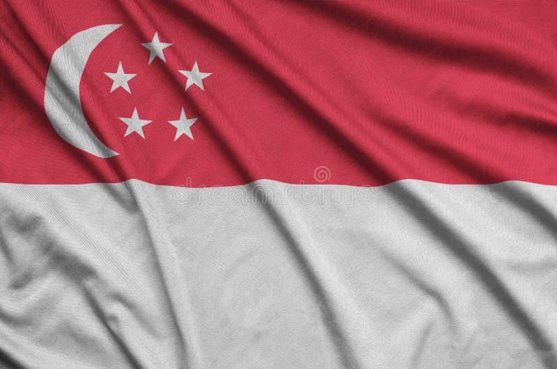A bandeira de Singapura é descrita em uma tela de pano dos esportes com muitas dobras Bandeira da equipe de esporte imagens de stock royalty free