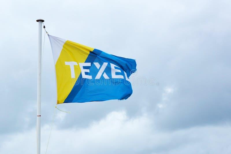 Bandeira de Texel da ilha que acena no vento no fundo do céu azul imagem de stock royalty free
