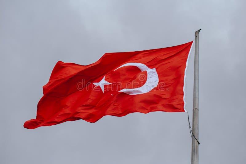 Bandeira de Turquia que acena no vento na noite imagem de stock royalty free