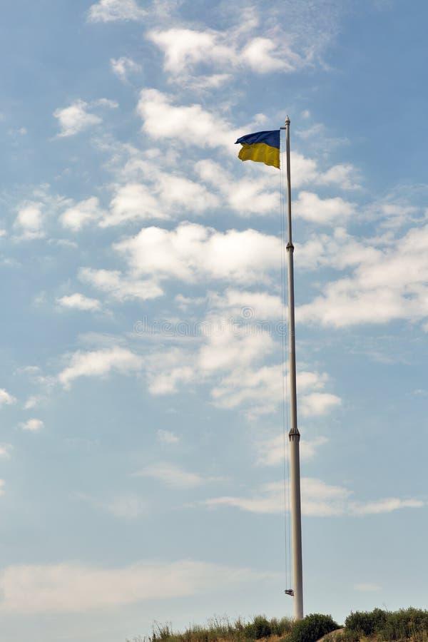Bandeira de Ucrânia que acena no vento imagens de stock royalty free