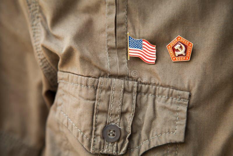 Bandeira de URSS & de EUA, emblema nacional histórico em uma caixa caqui da pessoa da camisa imagem de stock royalty free