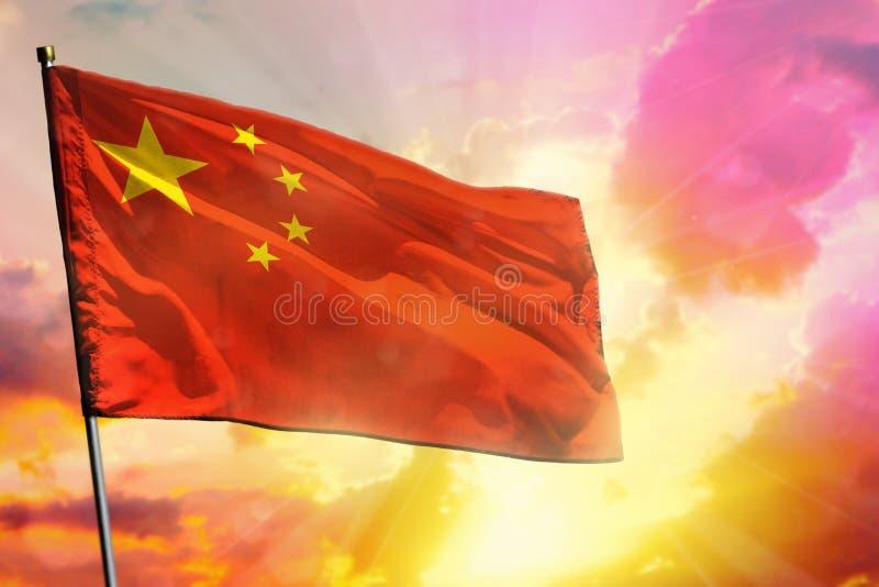 Bandeira de vibração de China no fundo colorido bonito do por do sol ou do nascer do sol Esfera 3d diferente ilustração royalty free