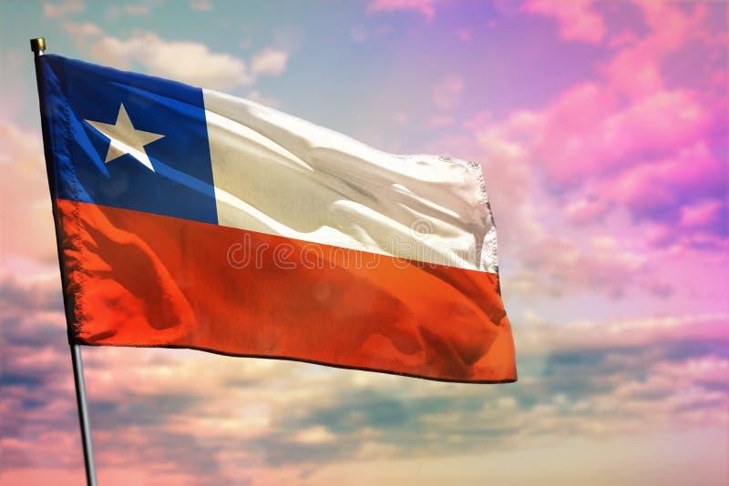 Bandeira de vibração do Chile no fundo colorido do céu nebuloso Conceito da prosperidade imagem de stock royalty free
