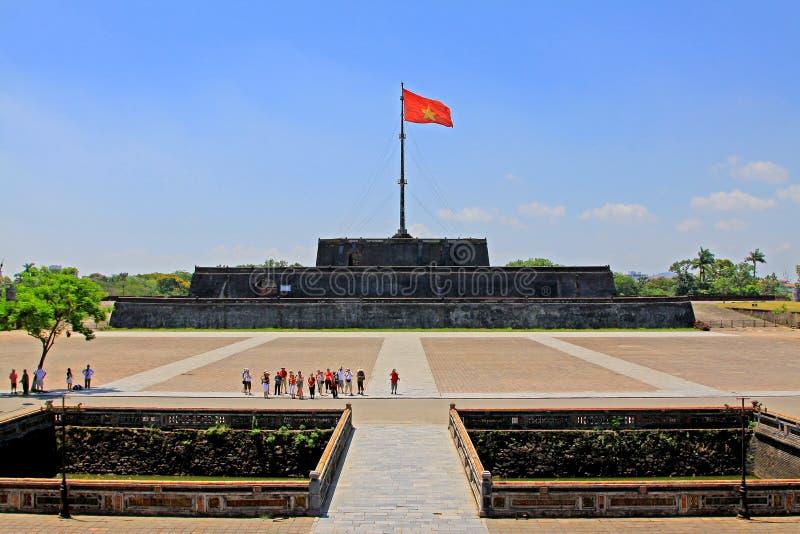 Bandeira de Vietname em Hue Imperial City, patrimônio mundial do UNESCO de Vietname imagem de stock royalty free