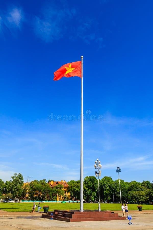 Bandeira de Vietname no mausoléu de Ho Chi Minh em Hanoi fotos de stock