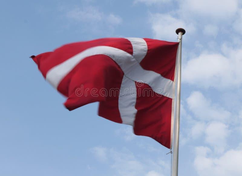 Bandeira dinamarquesa em um céu azul foto de stock