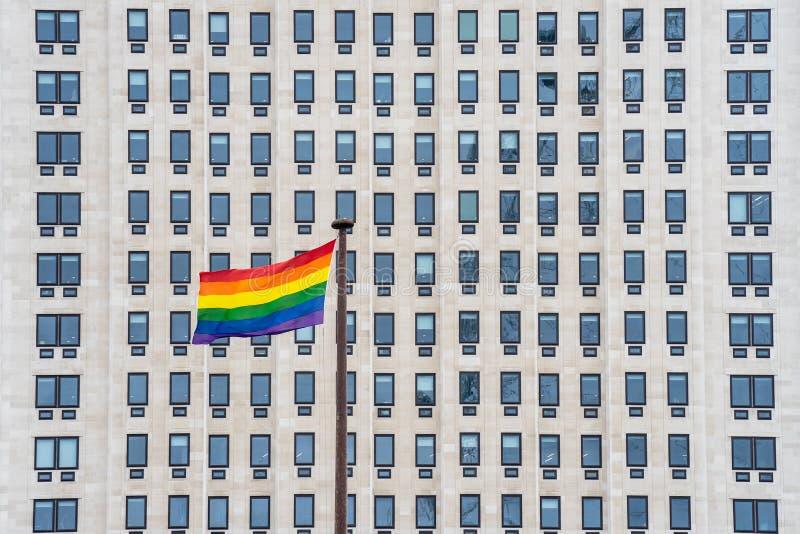 A bandeira do arco-íris, conhecida geralmente como a bandeira da bandeira do orgulho alegre ou do orgulho de LGBTQ, é um símbolo  fotografia de stock royalty free