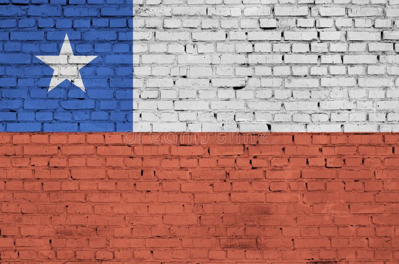 A bandeira do Chile é pintada em uma parede de tijolo velha imagens de stock
