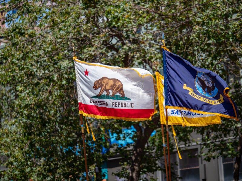 Bandeira do estado de Califórnia, San Francisco, e bandeiras da marinha de Estados Unidos na exposição em San Francisco LBGT Prid imagens de stock royalty free