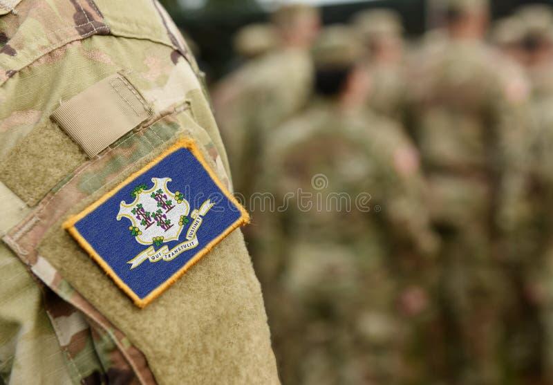 Bandeira do Estado de Connecticut sobre o uniforme militar Estados Unidos EUA, exército, soldados Colagem imagem de stock
