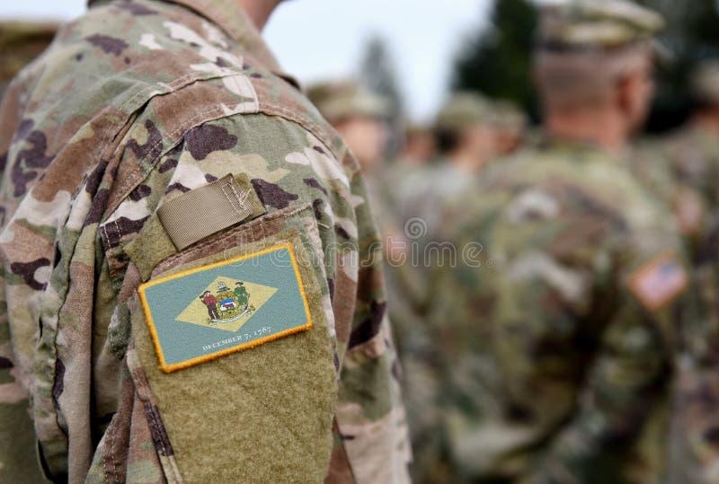 Bandeira do Estado de Delaware sobre uniforme militar Estados Unidos EUA, exército, soldados Colagem fotos de stock royalty free