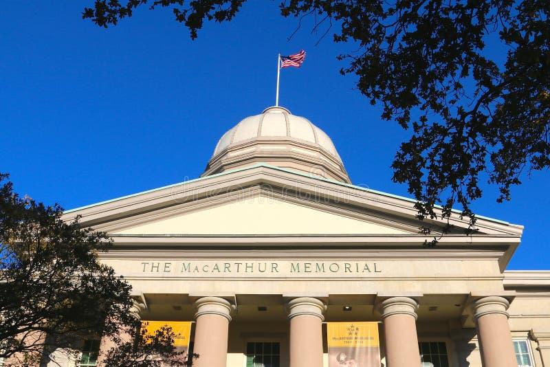 A bandeira do Estados Unidos acena sobre o centro memorável do museu de MacArthur em Norfolk, Virgínia imagens de stock