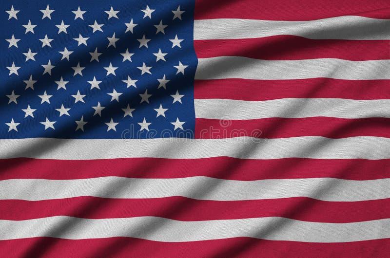 A bandeira do Estados Unidos da América é descrita em uma tela de pano dos esportes com muitas dobras Bandeira da equipe de espor fotografia de stock royalty free