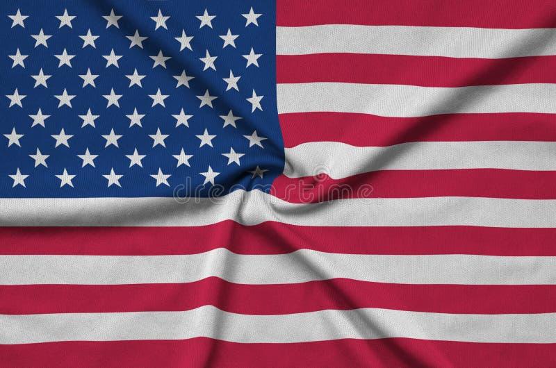 A bandeira do Estados Unidos da América é descrita em uma tela de pano dos esportes com muitas dobras Bandeira da equipe de espor foto de stock