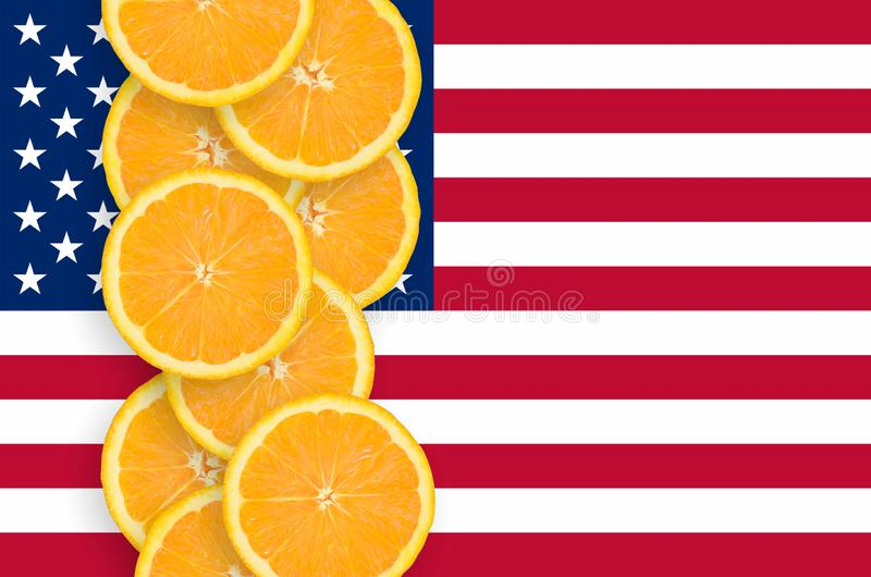 Bandeira do Estados Unidos da América e fileira vertical das fatias dos citrinos foto de stock royalty free