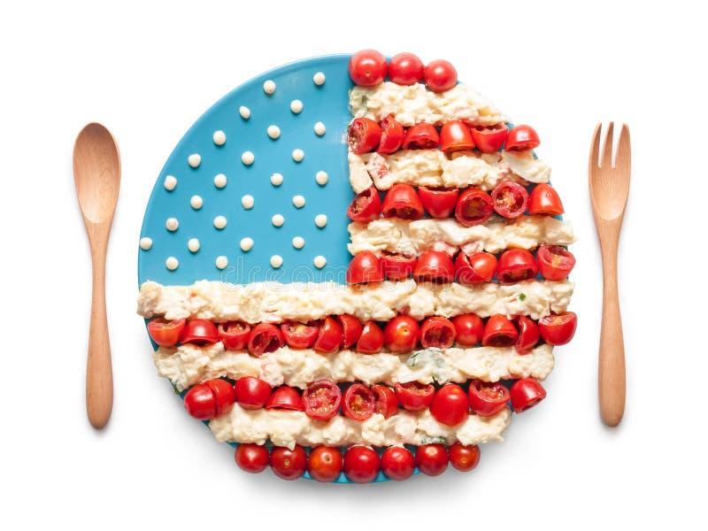 Bandeira do Estados Unidos feito do tomate e da salada foto de stock royalty free
