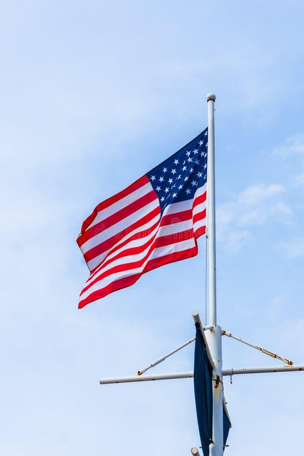 Bandeira do Estados Unidos no fundo do céu azul imagens de stock