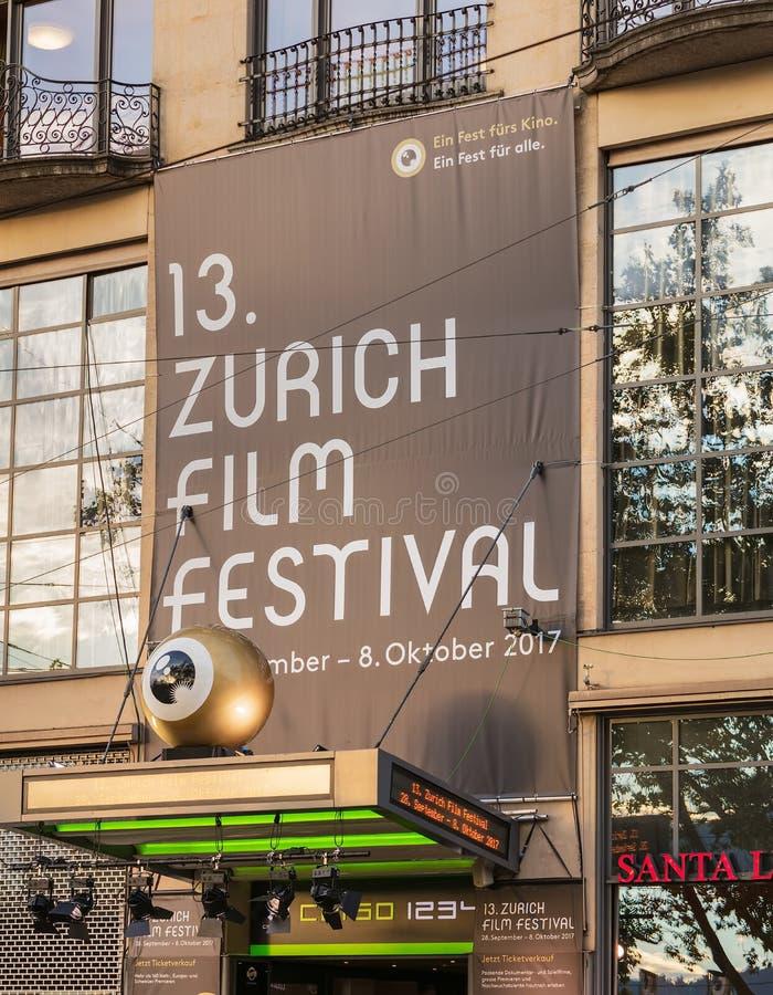 Bandeira do festival de cinema de Zurique acima da entrada ao Corso c fotos de stock royalty free