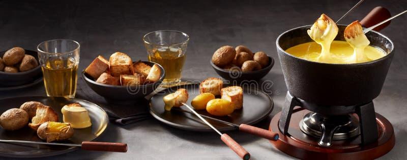 Bandeira do panorama de um fondue e de lados de queijo imagem de stock royalty free