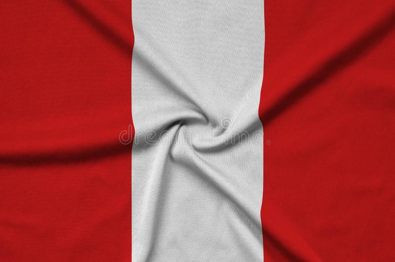 A bandeira do Peru é descrita em uma tela de pano dos esportes com muitas dobras Bandeira da equipe de esporte fotos de stock