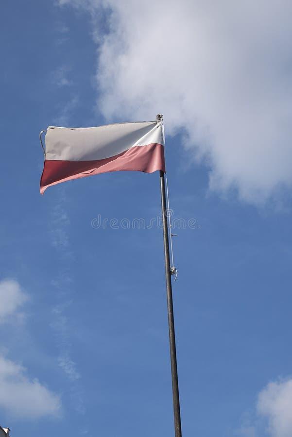 Bandeira do Polônia sobre o céu imagens de stock