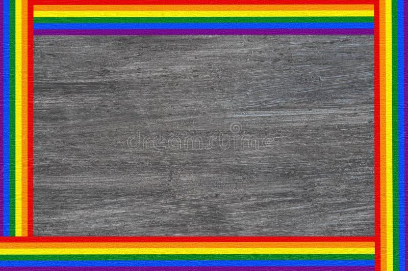 Bandeira do quadro de texto da bandeira do arco-íris de LGBT isolada no fundo de madeira cinzento fotografia de stock royalty free