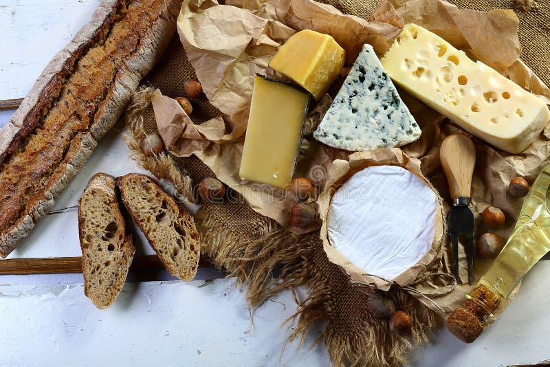 Bandeira do queijo - brie, camembert e molde no gosto do queijo do Bleu com a faca das porcas, do petisco e do queijo, definição  imagens de stock royalty free