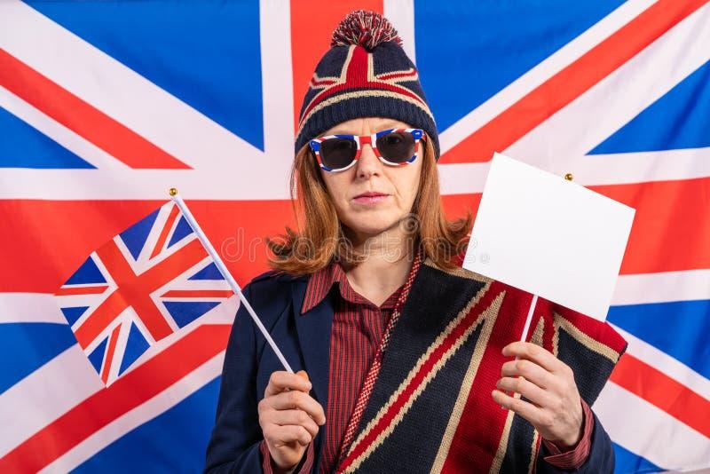 Bandeira do Reino Unido da mulher e bandeira britânicas de Brexit fotografia de stock