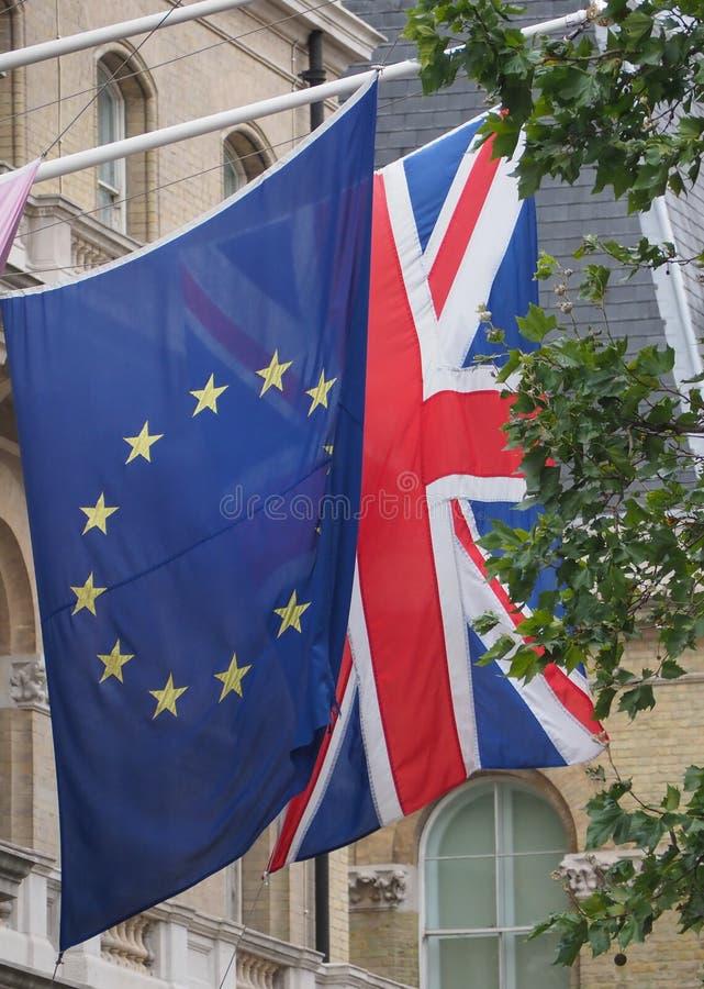 bandeira do Reino Unido (UK) também conhecida por Union Jack e União Europeia imagem de stock