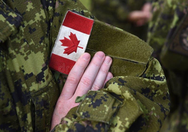 Bandeira do remendo de Canadá no braço dos soldados imagem de stock royalty free