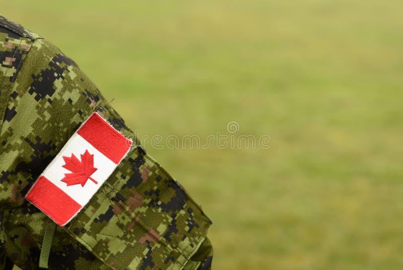 Bandeira do remendo de Canadá no braço dos soldados Tropas canadenses fotografia de stock royalty free