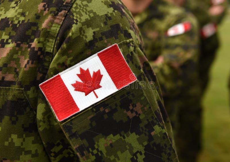 Bandeira do remendo de Canadá no braço dos soldados Tropas canadenses fotos de stock royalty free