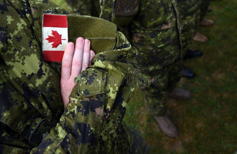 Bandeira do remendo de Canadá no braço dos soldados Tropas canadenses fotos de stock