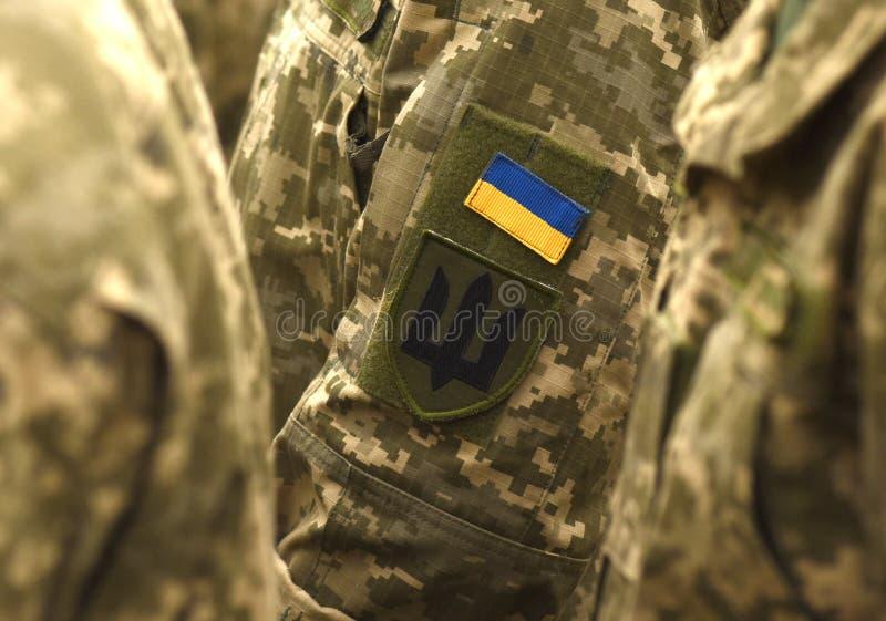 Bandeira do remendo de Ucrânia no uniforme do exército Uniforme militar de Ucrânia Reino Unido imagem de stock