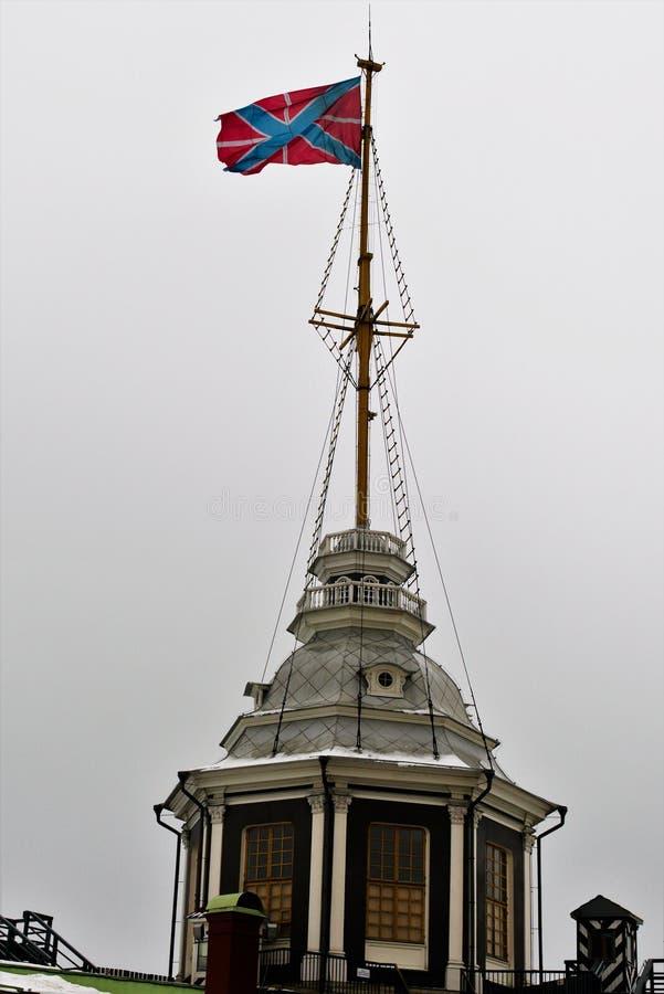 Bandeira do russo de St Andrew sobre a torre no Peter e no Paul Fortress em St Petersburg, Rússia fotos de stock