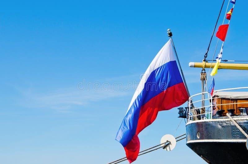 A bandeira do russo voa o veleiro velho severo fotografia de stock