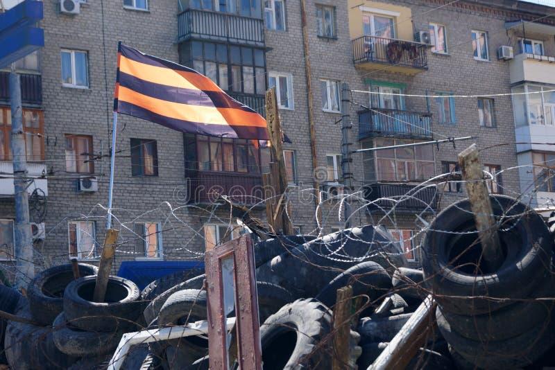 Bandeira do separatista do Pro-russo sobre as barricadas. Lugansk, Ucrânia imagens de stock royalty free