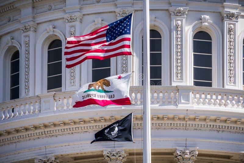 A bandeira dos E.U., a bandeira de Califórnia e a bandeira de POW-MIA que acena dentro imagem de stock royalty free