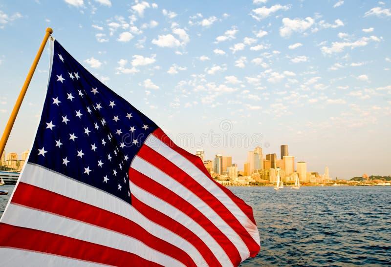 Bandeira dos E.U. sobre Seattle fotos de stock