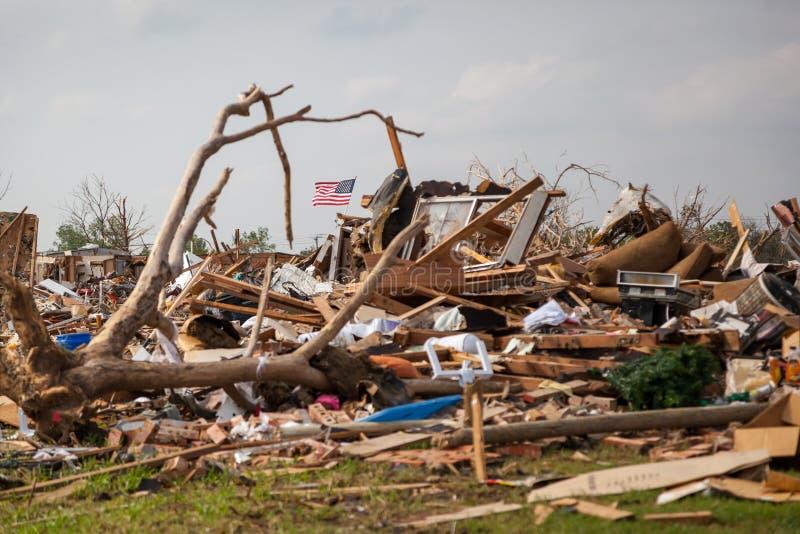 Bandeira dos Estados Unidos entre restos do furacão foto de stock