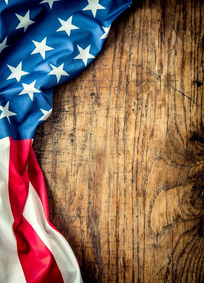 Bandeira dos EUA Bandeira americana Bandeira americana que encontra-se livremente na placa de madeira Tiro do estúdio do close-up fotos de stock royalty free