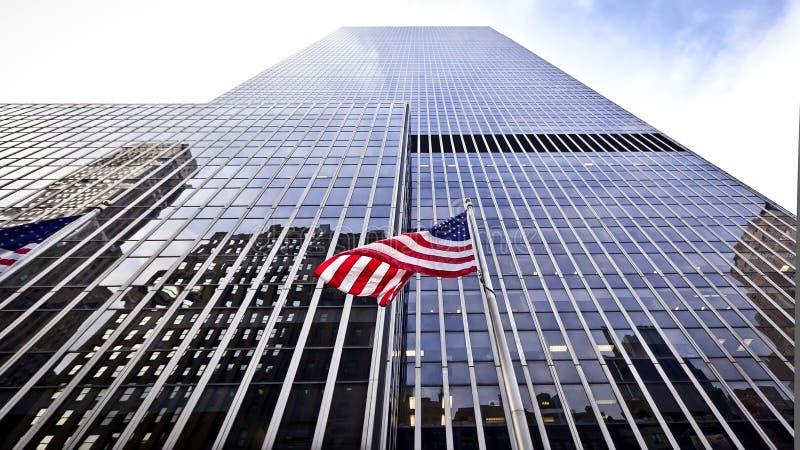Bandeira dos EUA na frente do prédio de escritórios fotografia de stock